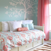 daybed-in-blue-rose-and-white